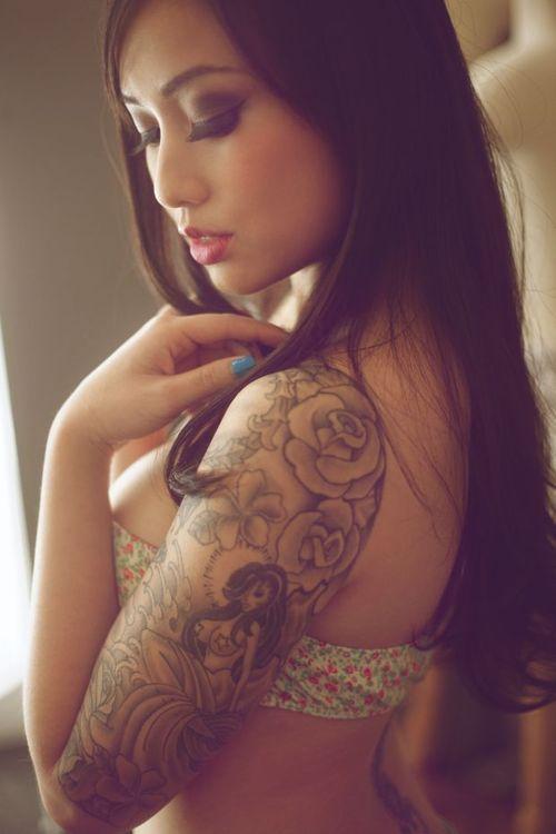 tatouage femme demi manchette roses en contour et sirene