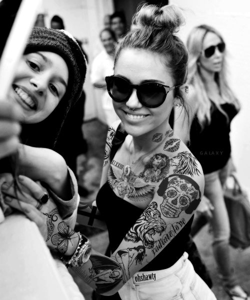 tatouage femme manchette du cou bras et main tattoos de tete de mort pin up lion bisou