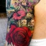 tatouage femme manchette fleurs rose paquerettes jardin