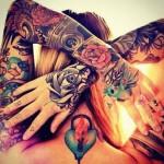 tatouage femme manchette sur 2 bras bel equilibre monochrome et couleur
