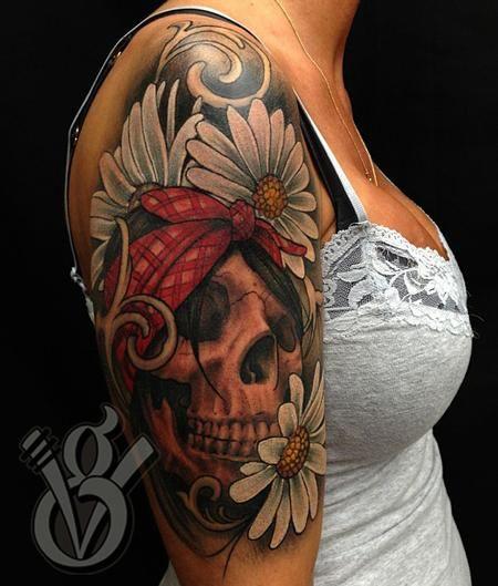 tatouage manchette feminin paquerettes et tete de mort