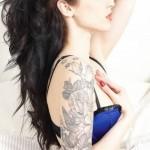 tattoo bras manchette roses fleurs et colibri