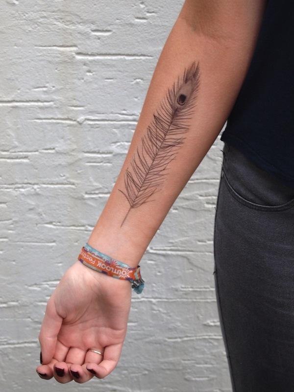 tatouage femme plume interieur avant bras tatouage femme. Black Bedroom Furniture Sets. Home Design Ideas